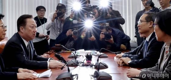 박용만 대한상공회의소 회장이 7일 근로기준법 개정 등에 대한 재계 입장을 전달하기 위해 국회 환경노동위원회를 방문했다. /사진=홍봉진 기자