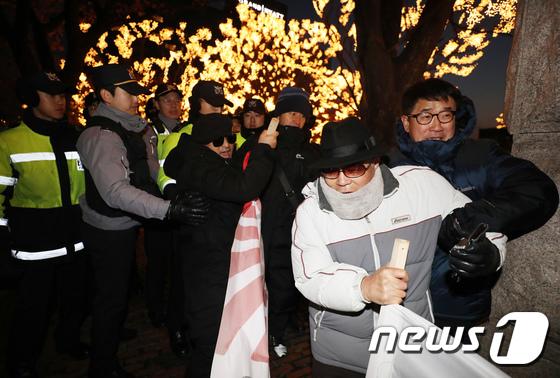 [사진]일왕 생일파티, 호텔 앞 시민들 경찰과 몸싸움