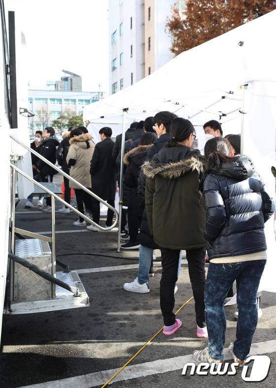 [사진]결핵검사 기다리는 노량진 학원생들