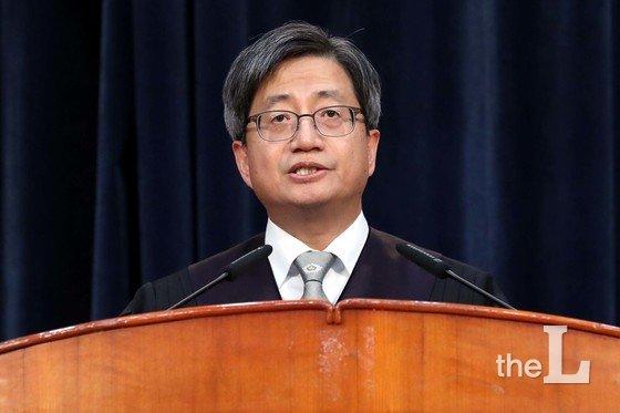 김명수 대법원장이 지난 1일 오후 서울 서초구 서초동 대법원에서 열린 신임법관 임명식에서 격려사를 하고 있다./사진=뉴스1