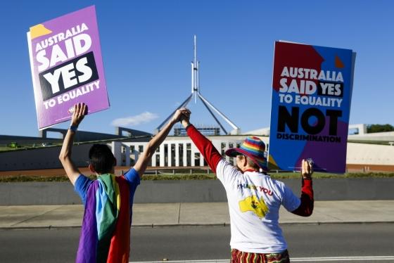 지난 7일 동성결혼 합법화 법안이 하원에서 통과되자 한 커플이 이를 환영하고 있다. /AFPBBNews=뉴스1