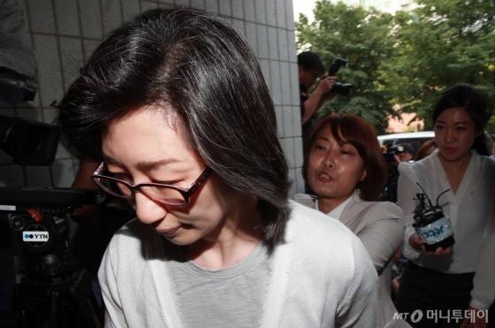 최은영 전 한진해운 회장(55현 유수홀딩스 회장)이 지난해 6월14일 오전 구속 전 피의자 심문(영장실질심사)을 받기 위해 서울남부지법에 들어서는 중이다. /사진=김창현 기자