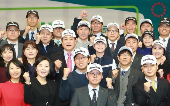 김정태 하나금융그룹 회장(가운데 왼쪽)이 8일 명동 사옥에서 열린 박성현 프로 초청 '토크 콘서트'에서 박성현 프로(가운데 오른쪽) 및 팬클럽 '하나남달라'회원들과 함께 기념 촬영을 하고 있다. / 사진제공=하나금융