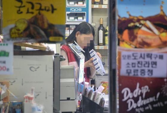서울 종로구 한 편의점에서 직원이 근무하는 모습./ 사진=뉴스1