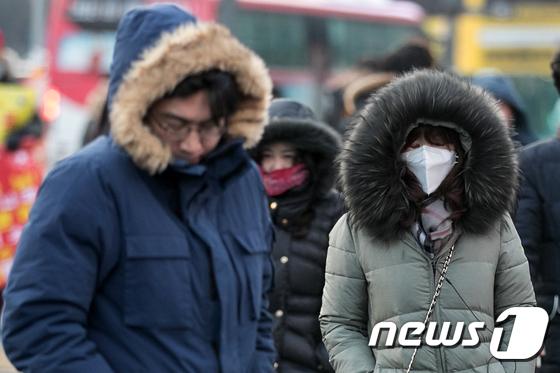 서울 세종대로 광화문광장 인근에서 시민들이 추위에 발걸음을 재촉하고 있다.(뉴스1 DB) 2017.12.8/뉴스1 © News1 이승배 기자