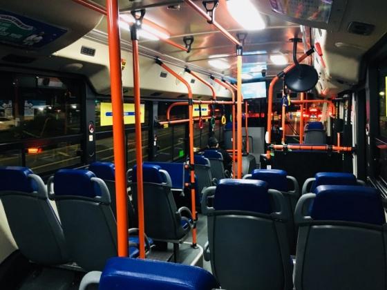 9일 오전 1시 무렵 N854번 버스 내부. 승객이 2명 타고 있다. /사진=남궁민 기자