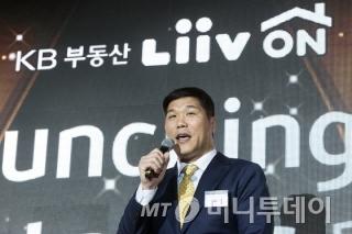 <br /> <br /> 지난 10월 24일 KB부동산 리브온(Liiv ON) 브랜드 론칭행사에서 리브온 모델인 방송인 서장훈이 소감을 밝히고 있다. /사진제공=뉴스1