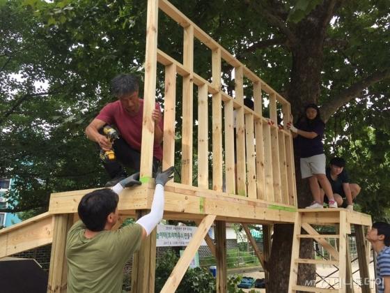 이용선 생활건축가(왼쪽 위)가 올 여름 경기도 안산시 안산초등학교에서 학생들과 생태놀이터(트리하우스)를 함께 만들고 있다. /사진제공=이용선 생활건축가