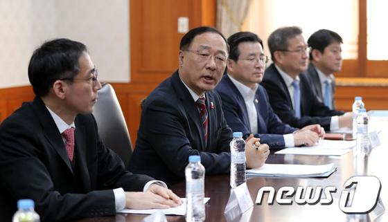 홍남기 국무조정실장(왼쪽에서 둘째)이 13일 정부서울청사에서 관계부처 차관회의를 열어 가상통화 관련 대책을 논의하고 있다. /사진=뉴스1