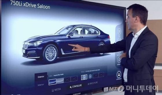 BMW가 준비중인 디지털 '쇼룸. 고객이 쌍방향 커뮤니케이션이 가능한 대형 터치스크린을 통해 차량의 다양한 옵션을 적용해보고 있다./사진제공=BMW 그룹 코리아