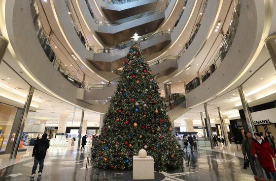 부산 해운대구 신세계백화점 센텀시티 1층 센텀광장에 설치된 높이 10m 크기의 대형 트리/사진=뉴스1