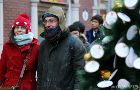 시민들이 추위속에서도 거리를 거닐며 크리스마스 분위기를 만끽하고 있다. /사진=머니투데이DB