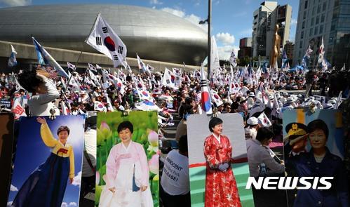 지난 10월7일 오후 서울 중구 동대문디자인플라자 인근에서 열린 제17차 박근혜 전 대통령 구속영장 반대 및 문재인 정부 규탄 태극기 집회에서 참석자들이 박근혜 전 대통령 석방을 촉구하고 있다. /사진=뉴시스