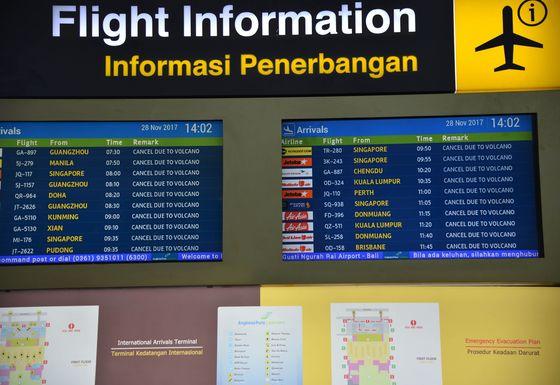 지난달 28일(현지시간) 인도네시아 발리 섬 아궁화산 분화로 잠정 폐쇄된 덴파사르의 응우라라이 국제공항의 운항정보판에 모든 항공기 운항이 취소되었음을 보여주고 있다. 인도네시아 당국은 발리 국제공항의 폐쇄 기간을 29일 오전 7시까지 연장했다. /AFP=뉴스1