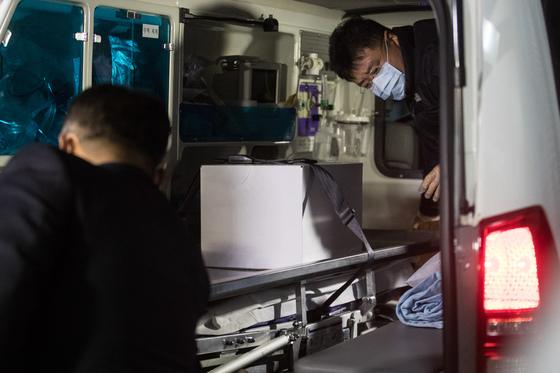 16일 오후 서울 이대목동병원에서 잇따라 숨진 신생아 4명의 시신이 18일 오전 부검을 위해 옮겨지는 중이다. /사진제공=뉴스1