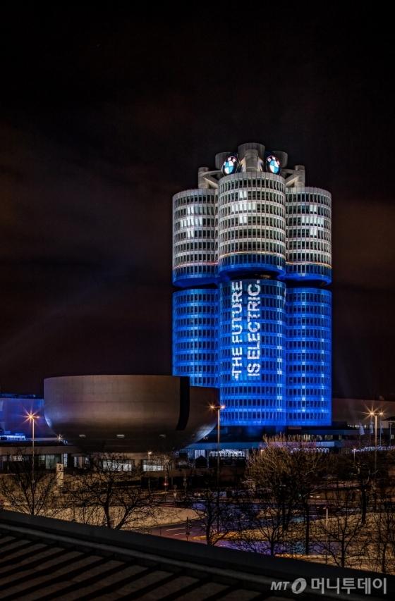 BMW 그룹이 독일 뮌헨 본사 건물에 설치한 전기화 차량 10만대 판매 달성 기념 조명 상징물./사진제공=BMW 그룹