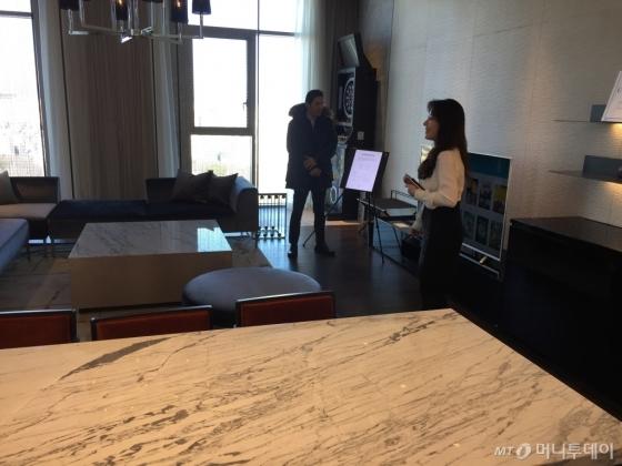 20일 개관한 L7강남의 가장 큰 스위트룸 '어퍼 하우스'. /사진=김고금평 기자<br />