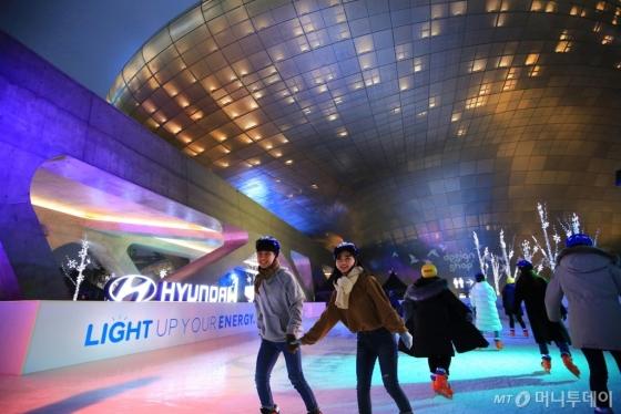서울 동대문 디자인 플라자 어울림 광장 일대에 마련된 '현대차 라이트 업 아이스링크' 전경/사진제공=현대차