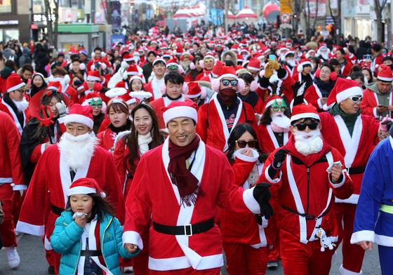 지난 16일 오후 신촌 연세로에서 열린 '산타런 행사'에서 문석진 서대문구청장(앞줄 가운데)이 산타 복장을 한 참가 시민들과 함께 거리를 걷고 있다. /사진=뉴스1