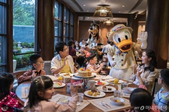 식당에서 만나는 디즈니 캐릭터는 또다른 즐거움을 안겨준다. /사진제공=디즈니<br />