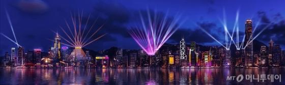 40여개 건물이 참여하는 홍콩의 레이저 쇼 '3D 펄스 라이트쇼'. /사진제공=홍콩관광청<br />
