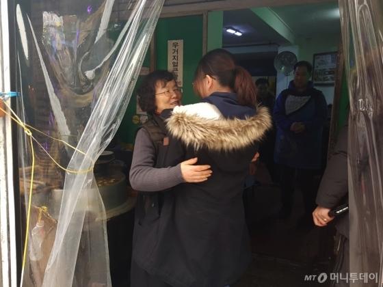 사장 권영희씨(왼쪽)가 잠시 가게를 방문한 손녀딸을 끌어 안고 있다. /사진=이재은 기자