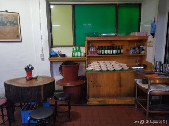 지나온 세월 만큼 통나무 테이블에도 손때가 묻었다. 테이블은 40년 전 사장 권영희씨가 가게를 물려받을 때 기술자를 불러 직접 만든 것이다. 양푼이에는 권씨가 직접 담근 깍두기가 들어있다. /사진=이재은 기자