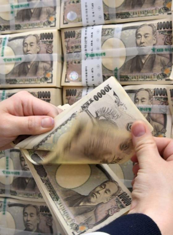 서울 중구 KEB하나은행에서 외환출납관계자가 엔화를 정리하고 있다. /사진=뉴시스