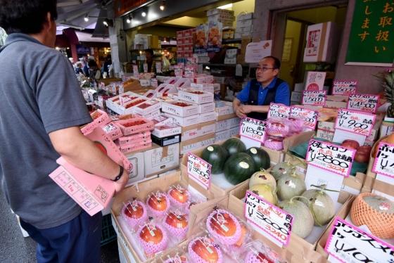 일본 도쿄의 한 과일가게에서 한 남성이 과일을 고르고 있다.(기사와 직접 관련 없음) /사진제공=AFPBBNews=뉴스1