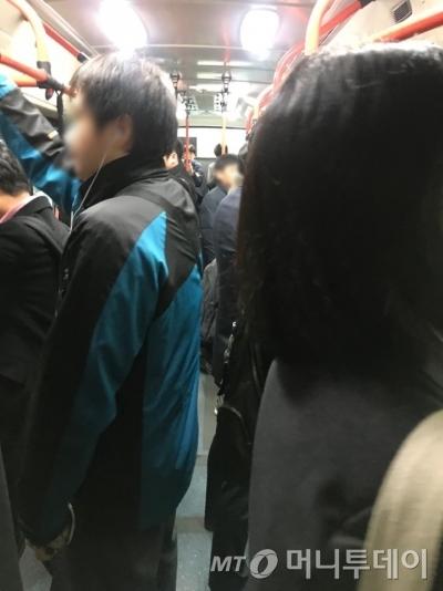 버스 안에 꽉 찬 승객/사진=한지연기자