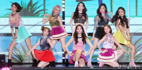 월간 '톱10'에 이름을 올린 상위 10위 아이돌 그룹 중 8팀이 투애니원(2NE1), 소녀시대, 씨스타 등 걸그룹이었다. 사진은 소녀시대. /사진=이기범 기자