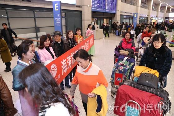 2일 오후 인천국제공항을 통해 방한한 중국인 단체관광객들이 손을 흔들며 공항을 나서고 있다.  이들은 한국과 중국의 고고도 미사일 방어체계(THAAD·사드) 갈등으로 지난 3월 한국행 단체 관광이 중단된 이후 처음으로 찾는 중국인 단체 관광객이다. 2017.12.2/뉴스1  <저작권자 © 뉴스1코리아, 무단전재 및 재배포 금지>