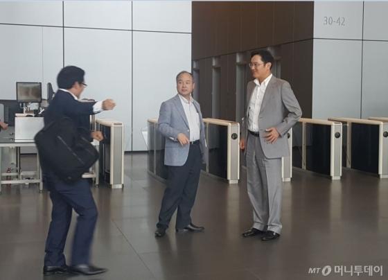 2016년 9월 29일 오후 서울 서초동 삼성사옥에서 손정의 소프트뱅크 회장(중앙)이 이재용 삼성전자 부회장(사진 오른쪽)과 회동한 후 로비로 내려와 떠나기 직전 회사 관계자와 이야기하고 있다/사진=오동희 기자