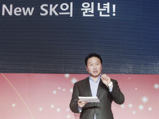 최태원 SK그룹 회장이 2일 서울 광장동 워커힐 호텔에서 열린 신년회에서 테드(TED)방식으로 경제·사회적 가치를 함께 추구하는 '뉴 SK'를 만들기 위한 구체적 실천방안을 설명하고 있다. /사진 제공=SK