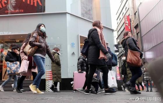 문재인 대통령이 중국에 국빈 방문 중인 지난 12월 14일 오후 서울 중구 명동 거리에 중국인 관광객들이 거리를 걷고 있다. 국내 사드 배치 이후 유커(중국인 단체 관광객)은 8개월간 자취를 감췄으나 12월 들어 다시 입국하기 시작했다. /사진=김휘선 기자