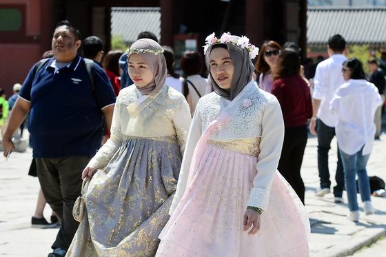 지난해 4월 서울 종로구 경복궁에서 무슬림 관광객들이 한복을 차려입고 궁궐 내부를 둘러보고 있다. 정부와 기업은 무슬림 관광객을 공략하기 위해 할랄 단지와 기도실 조성 등 다변화 전략에 나섰다. /사진=뉴스1
