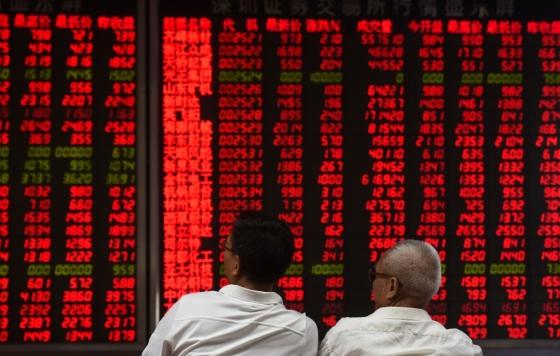 중국 베이징의 한 증권사 객장에서 고객들이 시황판을 살펴보고 있다. /AFPBBNews=뉴스1