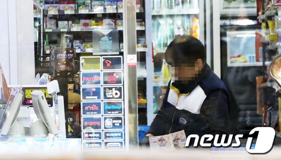 2018년도 최저임금 시급 7,530원이 적용된 1일 서울 시내 한 편의점에서 직원이 물품을 정리하고 있다. /사진=뉴스1