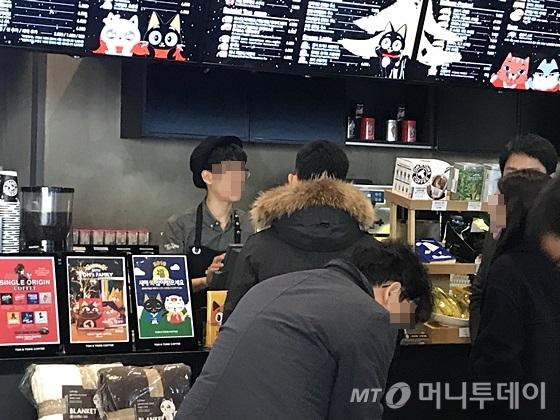 서울 중구 무교동 한 커피숍에서 직원이 주문을 받고 있다. /사진=신현우 기자