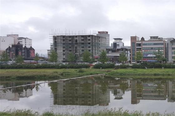 건축주의 자금 부족으로 2010년 6월부터 공사가 중단된 경남 거창군 숙박시설(사진)이 국토교통부의 '공사중단 장기방치 건축물 정비사업' 대상지로 선정됐다. /사진제공=국토교통부