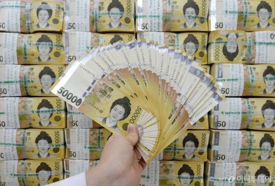 서울 중구 KEB하나은행 본점 위변조대응센터에서 직원이 오만원권 지폐를 살펴보고 있다. /사진제공=뉴스1