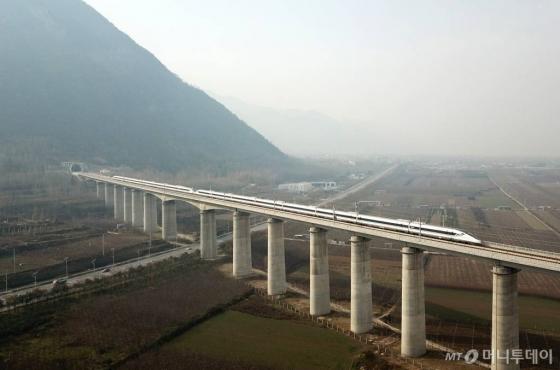 【청두=신화/뉴시스】 12월6일 중국 스촨성 성도 청두에서 산시성 성도 시안으로 가는 고속철이 달리고 있다. 두 도시를 잇는 658㎞ 고속철이 이날부터 운행에 들어가 11시간 걸리던 여행시간이 4시간으로 줄였다. 특히 이 고속철은 중국 대륙을 남북으로 가르는 중부의  친링(秦嶺) 산맥을 관통하는 첫 철도다. 2018. 1. 2.      <저작권자ⓒ 공감언론 뉴시스통신사. 무단전재-재배포 금지.>