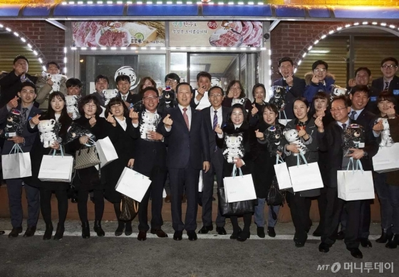 IBK기업은행은 지난 2일 김도진 은행장이 새해 첫 일정으로 평창동계올림픽대회 개최를 앞두고 있는 강원지역 영업 현장을 방문했다고 밝혔다.(왼쪽에서 여섯번째 김도진 IBK기업은행장) /사진제공=IBK기업은행