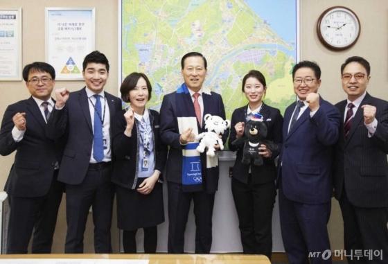 IBK기업은행은 지난 2일 김도진 은행장이 새해 첫 일정으로 평창동계올림픽대회 개최를 앞두고 있는 강원지역 영업 현장을 방문했다고 밝혔다.(가운데 김도진 IBK기업은행) /사진제공=IBK기업은행