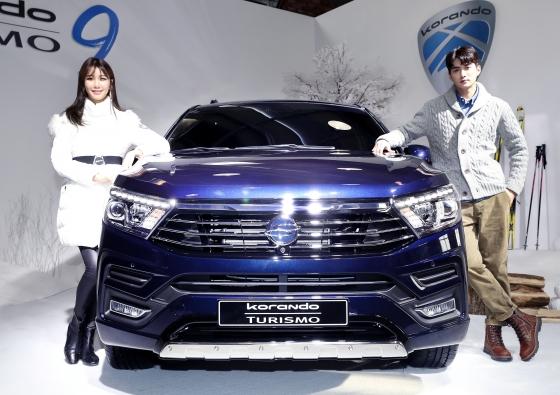 쌍용자동차가 3일 오전 서울 성수동 레이어57에서 열린 '2018 코란도 브랜드 미디어데이'에서 2018 코란도 투리스모를 선보이고 있다./사진=홍봉진 기자