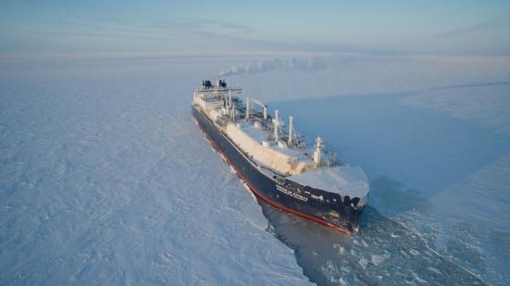 대우조선해양이 세계 최초로 건조한 쇄빙LNG선이 얼음을 깨면서 운항하고 있는 모습/사진제공=대우조선해양