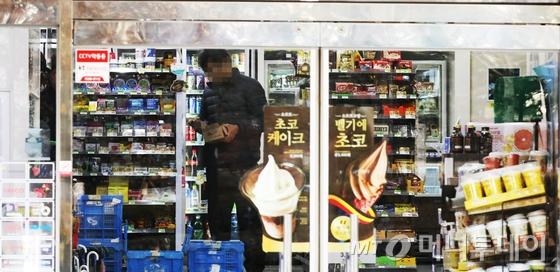 2018년도 최저임금 시급 7,530원이 1일부터 적용됐다. 이날 서울 시내 한 편의점에서 직원이 물품을 정리하고 있다. 고용노동부에 따르면 올해부터 인상된 최저임금의 직접적인 영향을 받는 근로자는 463만여명이다. 인상폭은 전년대비 1,060원(16.4%) 상승으로 역대 최고치다. 2018.1.1/뉴스1  <저작권자 © 뉴스1코리아, 무단전재 및 재배포 금지>
