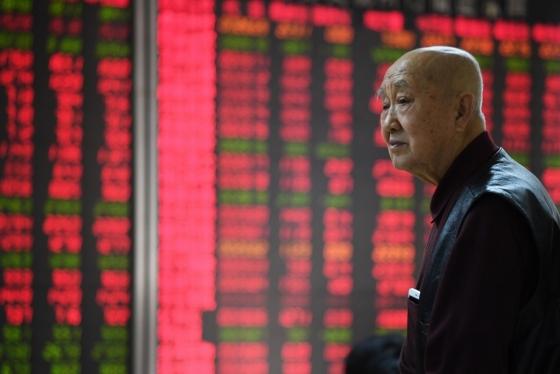 중국 증시가 올해 첫 거래를 시작한 지난 2일 중국 베이징의 한 증권사 객장에서 투자자가 시세판을 살피고 있다. /AFPBBNews=뉴스1