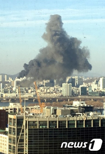 3일 서울 마포소방서에 따르면 이날 오후 3시 10분쯤 서울 마포구 서교동사거리 인근 공사장에서 불이 났다가 오후 3시 56분쯤 꺼졌다./사진=뉴스1<br />
