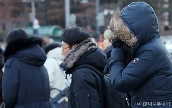 서울 중구 광화문 사거리에서 시민들이 출근길 발걸음을 재촉하고 있다/사진=김휘선기자